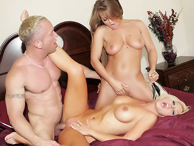 Groupsex : Blondes Having Three Way!