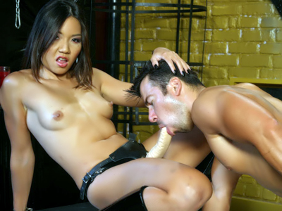 Webcam Strip : Oriental BDSM Dominatrix Live!