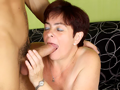 Fat mature cunt pounding. Lusty mature Simone gives off a mean give suck before she gets penish pumping in her shaved snatch. Download the free photos now!