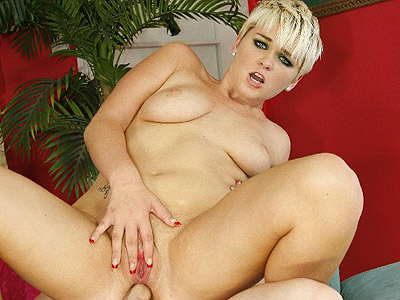 Claudia bubble booty banging live. Claudia Downs straddles on top and let a well endowed guy stuff her tight bum live. Click here to see the photos.